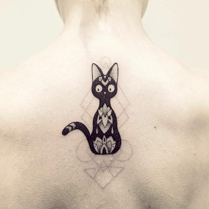 jetzt zeigen wir ihnen eine idee für einen schwarzen tattoo auf nacken - eine schwarze sitzende katze mit großen weißen augen und blumen