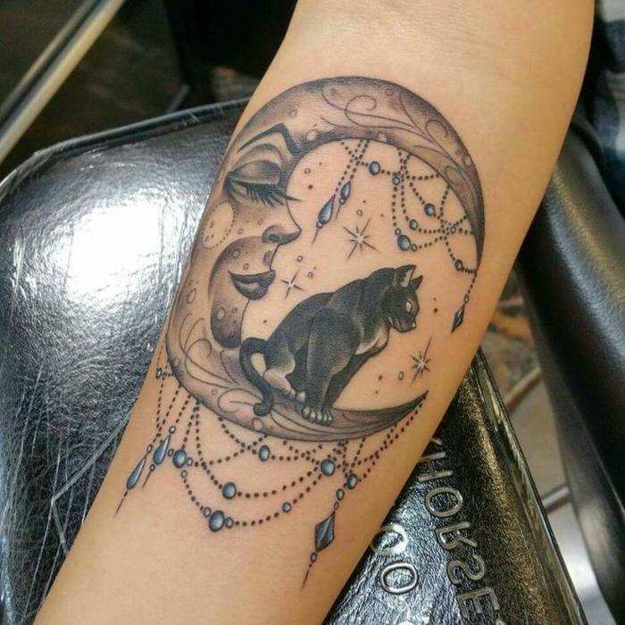 halbmond und eine sitzende schwarze katze - idee für einen katzen tattoo auf der hand