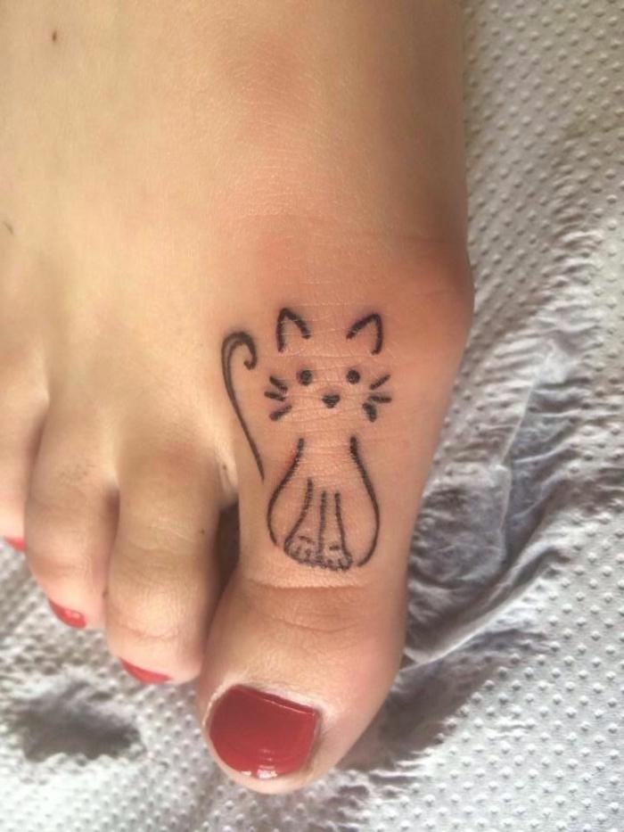 idee für kleinen katzen tattoo - hier ist eine große zehe mit einem roten nagellack und einer kleinen schwarzen katze