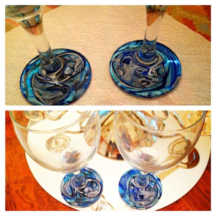 glas mit blauem nagellack verzieren, gläser dekorieren