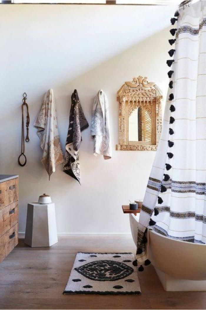 lampe orientalisch bad design im orientalischen stil hängende handtücher badewanne mit vorhang spiegel teppich