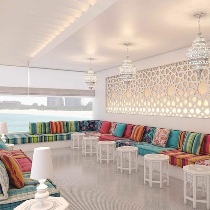 orientalisch wohnen großer raum in weißer farbe mit bunten kissen und tapisserie schöne kontraste schaffen