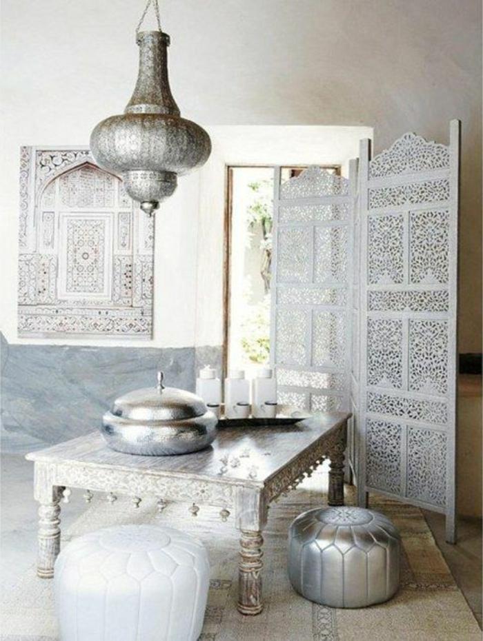 lampe orientalisch in silbernen metallischen nuancen silberne sitzkissen gitter raumteiler keien türen dekoration