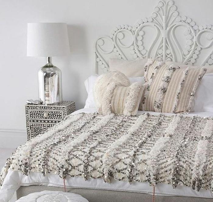 lampe orientalisch dekorationen minimalistisch im bett schlafzimmer bettdecke aus perlen und glänzenden faden