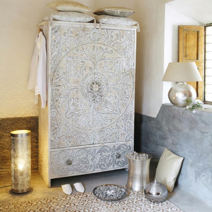 orientalische dekoration dekorativer schrank gefärbt in weiß metalische deko teller kanne kerzen und lampe idee