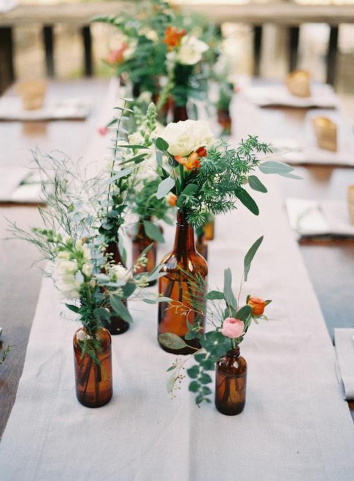 gartentisch dekorieren, vasen aus glasflaschen, blumen, grüne zweige