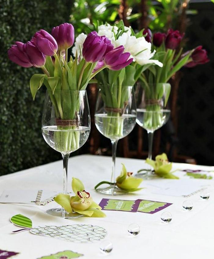 festliche tischdeko, weingläser, tulpen, orchideen, tisch dekorieren