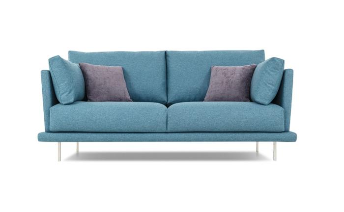 designer sofa, couch in hellblau dekoriert mit lila kissen, wohnzimmereinrichtung