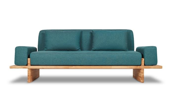 designer sofa, couch in grün mit kissen und gestell aus holz, wohnzimmereinrichtung