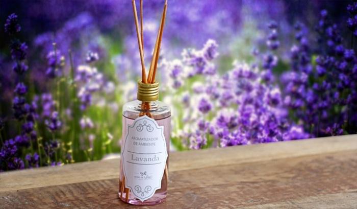 parfumflasche, flasche, holzstäbchen, raumduft mit lavendelöl, lavendel