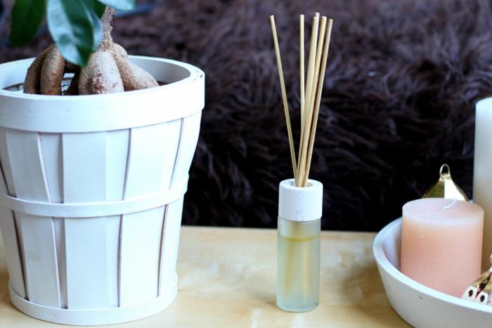weißer blumentopf, pflanze, kleiner behälter, rosa kerze, duftkerze, raumerfrischer