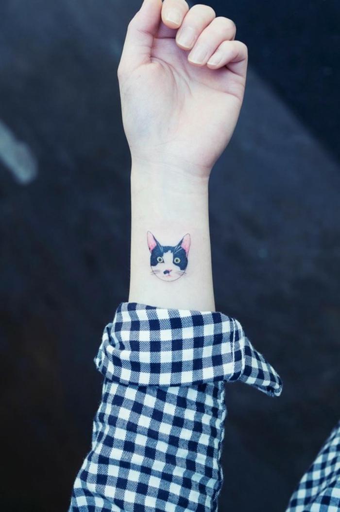 hier ist noch eine idee für einen kleinen tattoo katze auf einer handgelenk, die den frauen sehr gut gefallen könnte - eine hand mit einem kariertem hemd