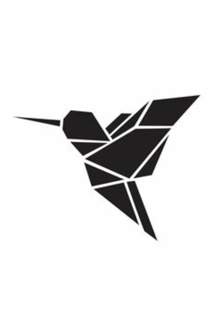 ein kleiner schwarzer fliegender origami kolibri - idee für einen schwarzen tattoo mit einem origami vogel