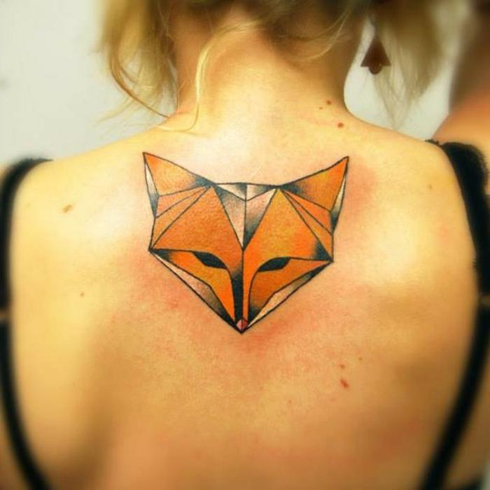 idee für einen origami tattoo für frauen - ein tattoo auf dem nacken und ein oranger origami fuchs