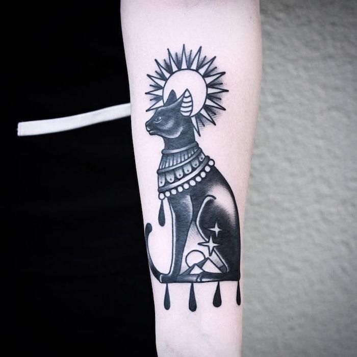 werfen sie einen blick auf diese idee für einen katzen tattoo - hier ist eine ägyptische katze mit halsketten. die sonne und zwei kleine sterne