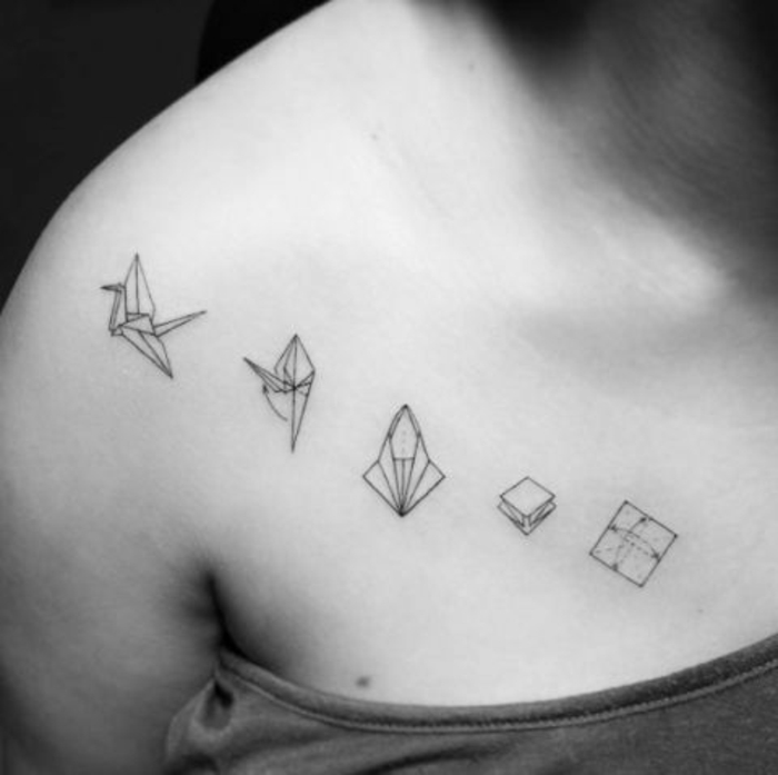 hier ist ein origami tattoo mit einer rigami anleitung und ein kleiner fliegender weißer vogel - idee für eine tätowierung