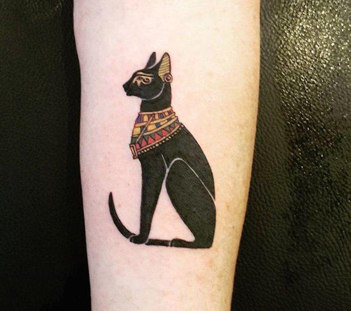 ägyptische katze mit einer halskette - idee für einen schwarzen katzen tattoo auf hand, die ihnen sehr gut gefallen könnte
