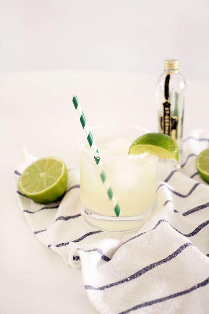 """""""Margarita"""" selber machen, Limettenschnitz und Salz, Rezepte für frische Sommergetränke"""