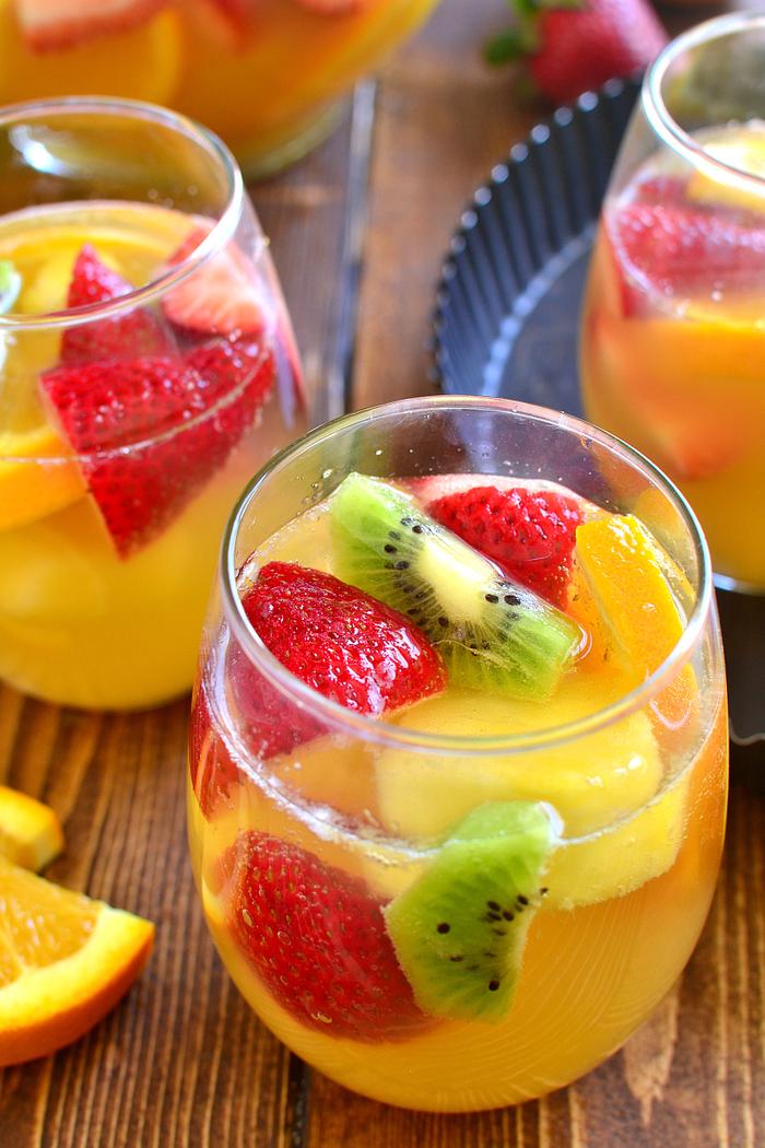 Sangria mit Kiwi, Erdbeeren, Apfel und Orange, lecker und erfrischendes Sommergetränk
