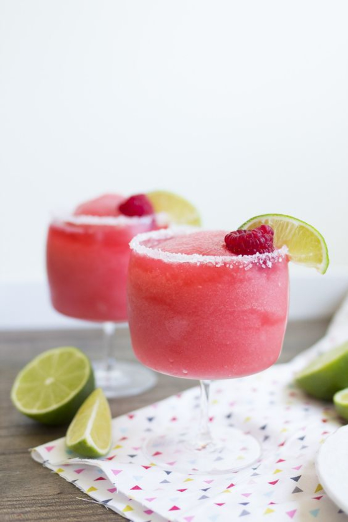 """""""Margarita"""" mit Himbeeren, Limettenschnitz und Salz, kalte Getränke für die heißen Sommertage"""