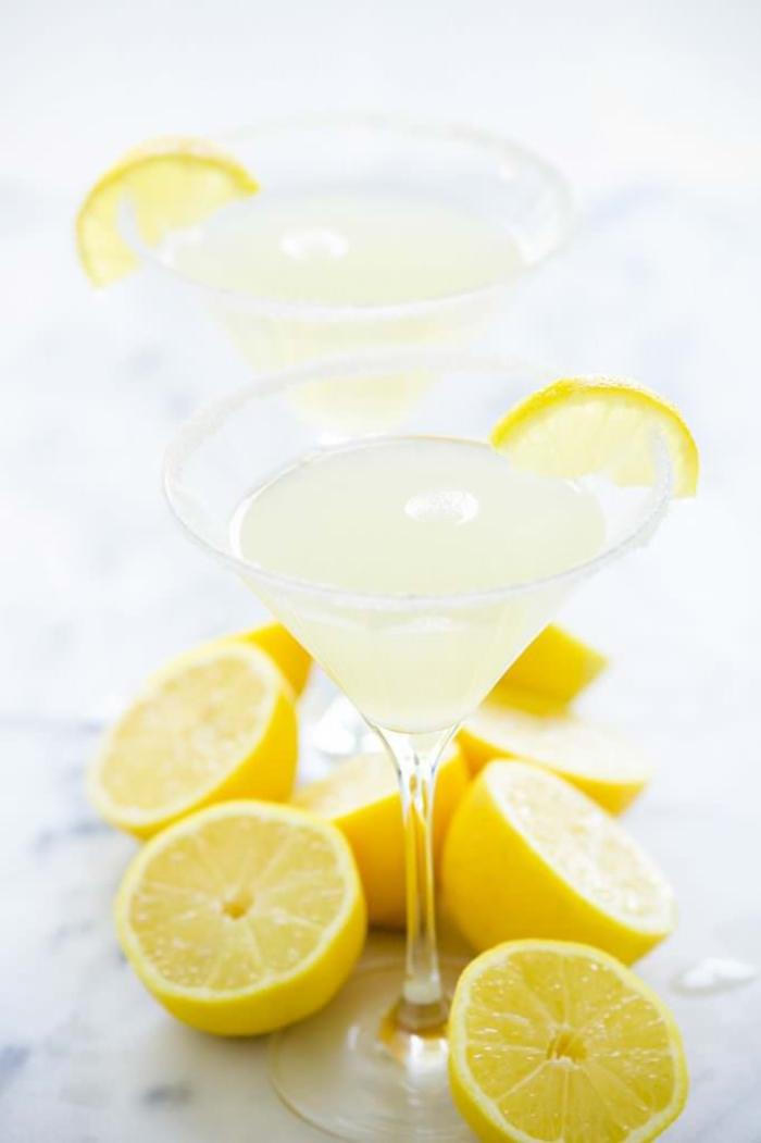 Martini mit Zitrone, coole Getränke für die heißen Sommertage, sehr erfrischend
