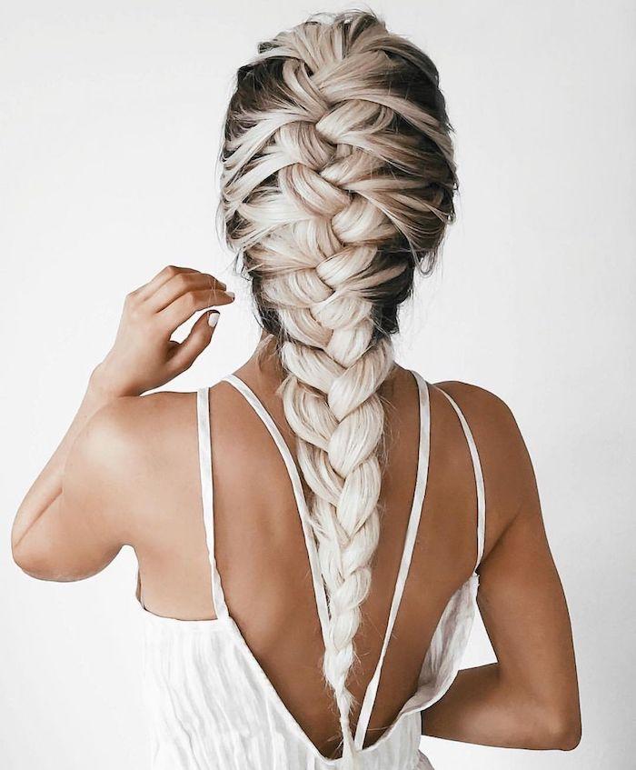 eleganter zopf flechtfrisuren mittelalter braun platinblonde haare frau im weißen kleid