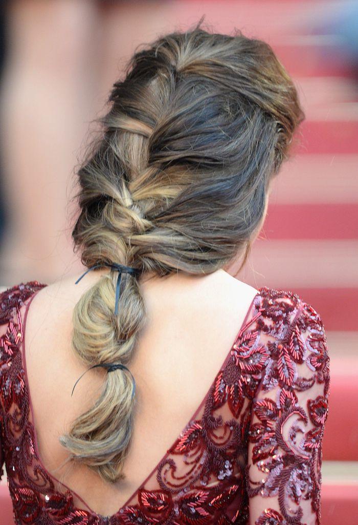 elegantes rotes rückenloses kleid mit pailletten braune haare mit blonden strähnen mittelalterliche flechtfrisuren inspiration