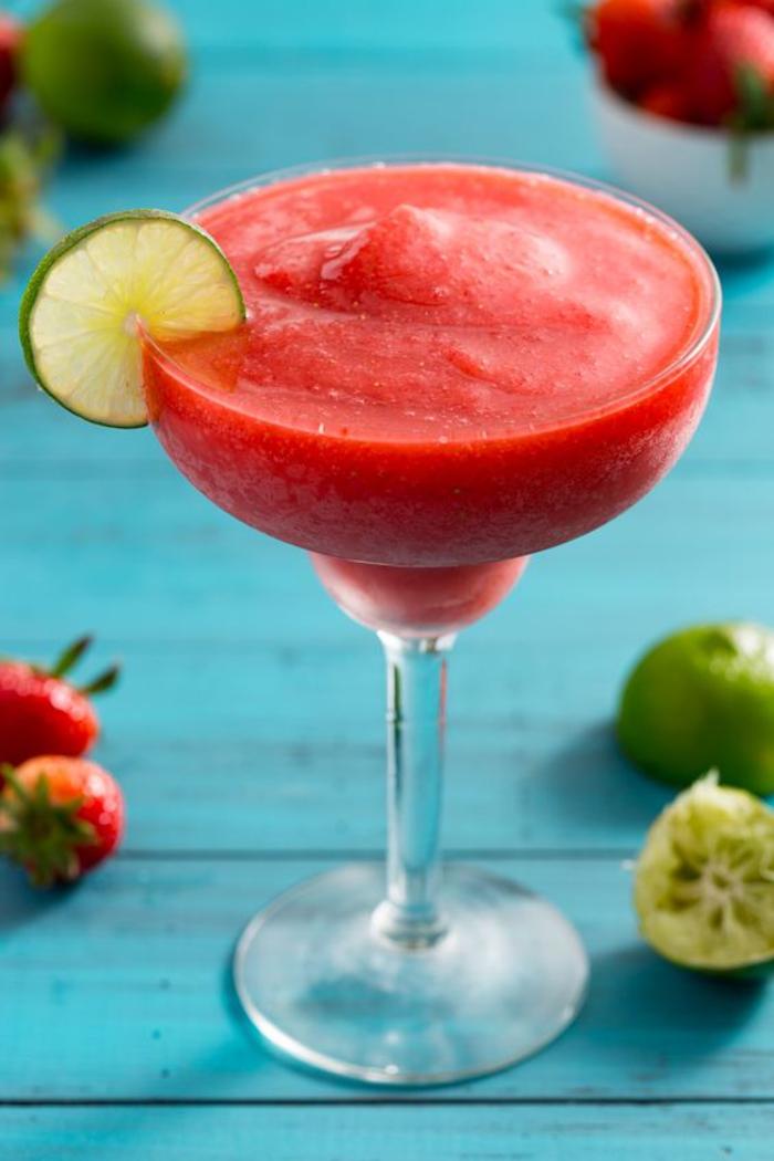 Erdbeer Daiquiri mit Limettenschnitz, schönes Frauengetränk für den Sommer