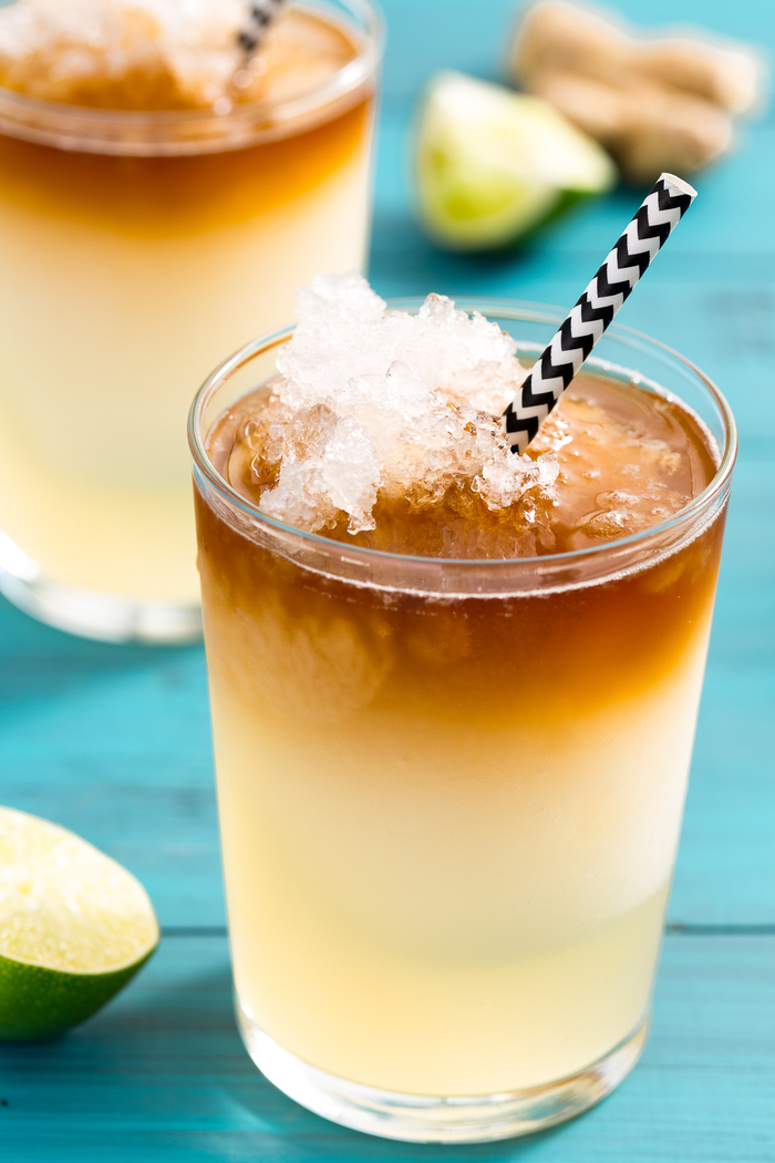 erfrischende Getränke mit Limette und viel Eis, auf dem Strand genießen, sehr frisch