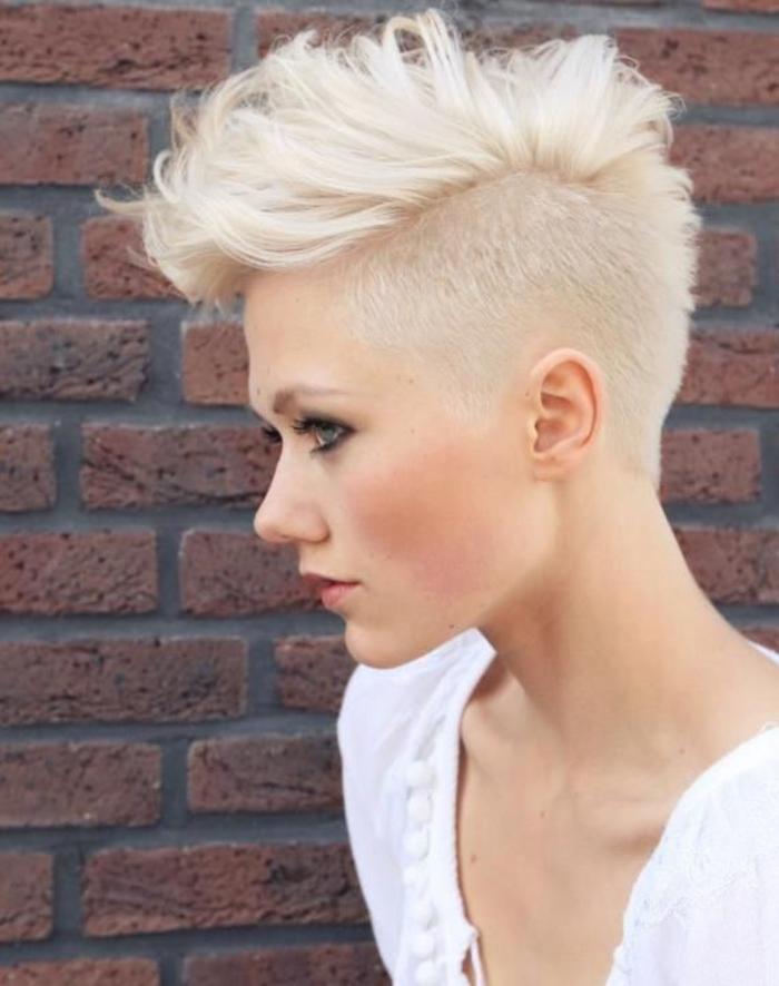 extravagante Kurzhaarfrisur, rasierte Seiten, blondes Haar, toller Haarschnitt