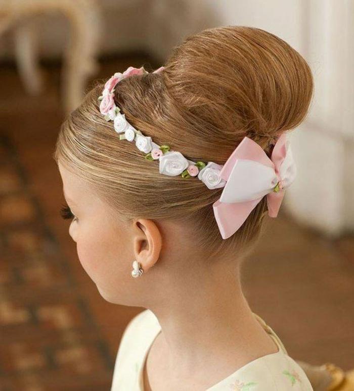 eine super elegante Kinderfrisur für ein Fest mit Haarschmuck aus weißen Rosen und rosa Schleife, schicke Frisuren