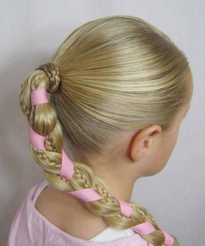 Mädchenfrisur Pferdeschwanz mit Zopf, Flechtfrisur mit rosa Schleife, Pferdeschwanz mit Schleife binden