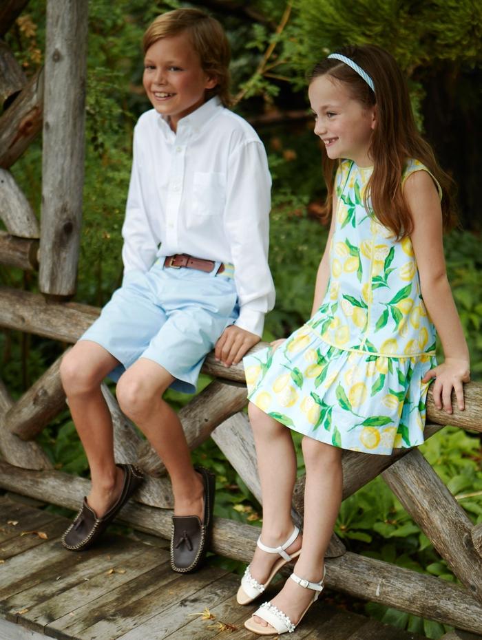 festliche Mode für Kinder, Mädchenkleidung mit Zitronen, Jungenkleidung- weißes Hemd und hellblaue Hose
