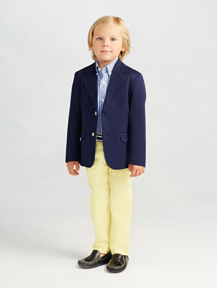 festliche Jungenkleidung, gelbe Hose, kariertes Hemd und Blazer, schick und elegant