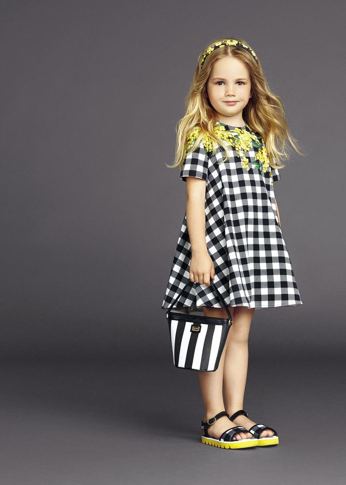 festliche Mädchenkleidung, kariertes Kleid in Schwarz und Weiß mit gelben Motiven, Sommertrends