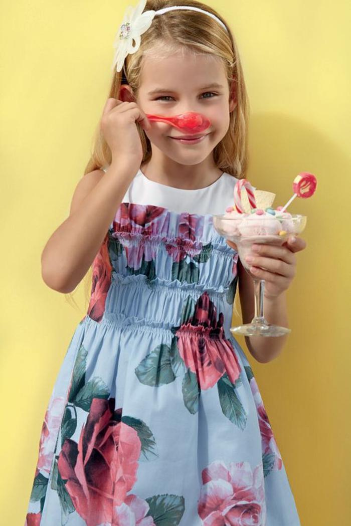 festliche Kinderkleider, weites Kleid mit Blumenmotiven, Sommertrends für Mädchen