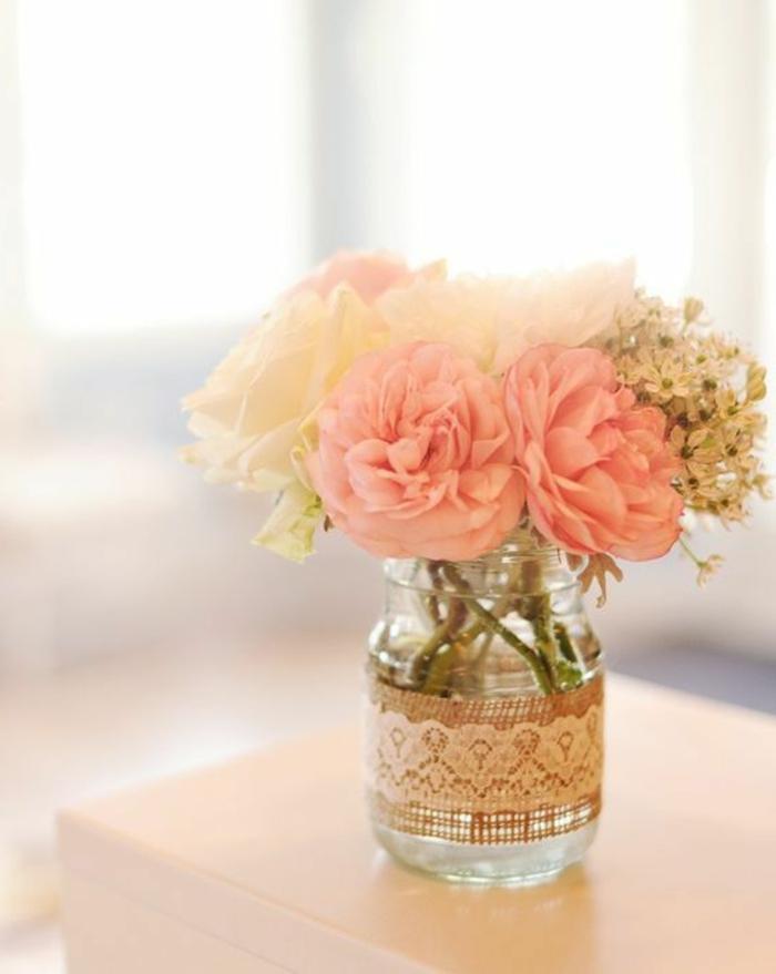 dekoration selber machen, diy vase, einmachglas dekoriert mit juteband und weißer spitze