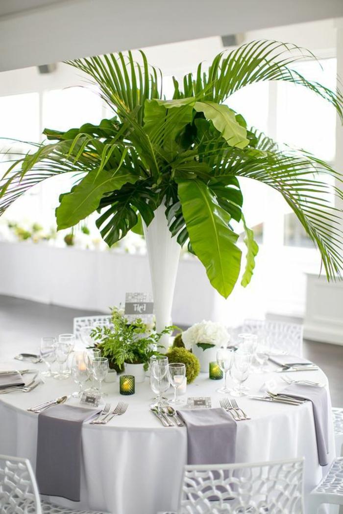 dekotipps, weiße decke, große vase mit grünen blättern, teelichthalter
