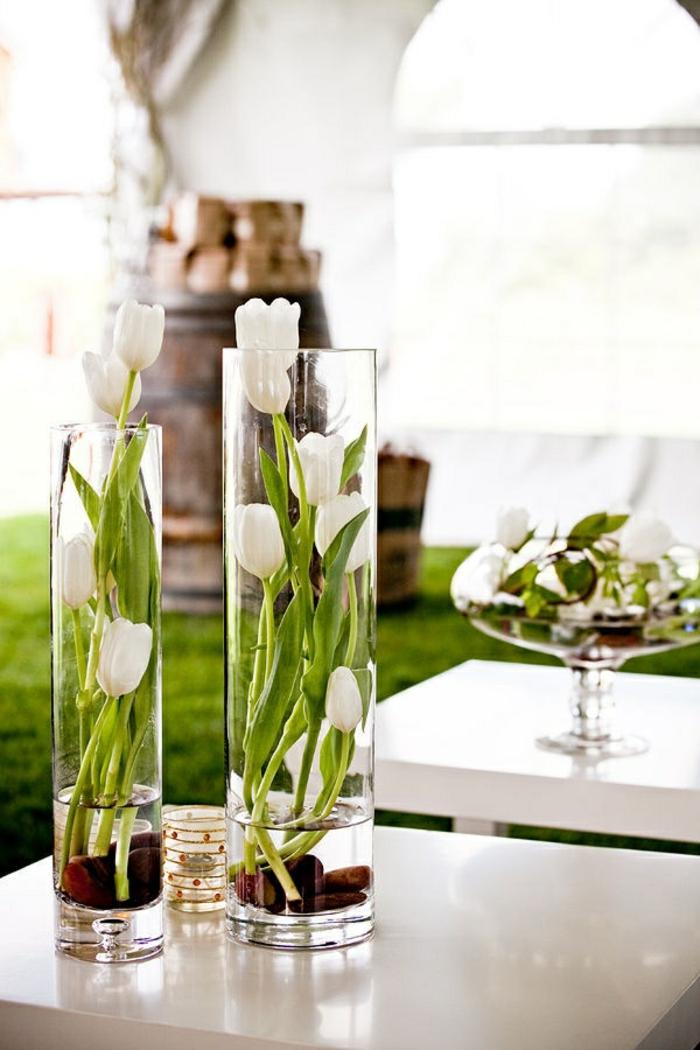 deko sommerfest, weiße tulpen, große glasvasen, tischdekoration