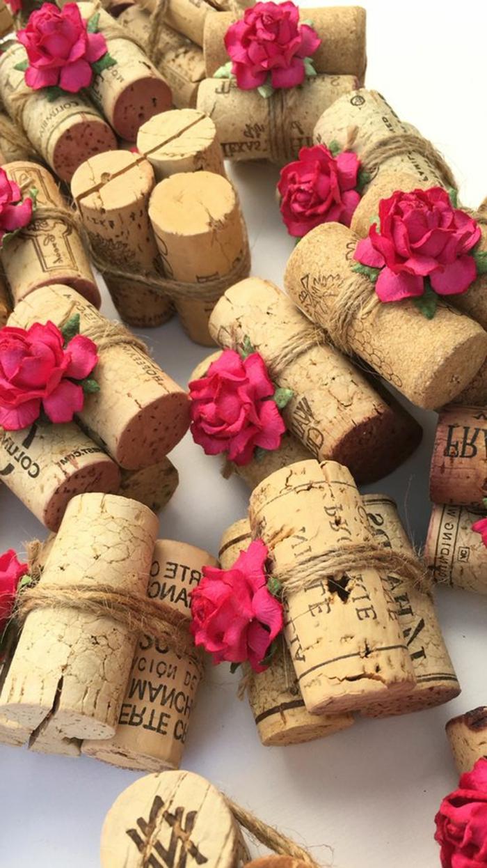 dekotipps, diy tischnamen aus weinkorken dekoriert mit rosen