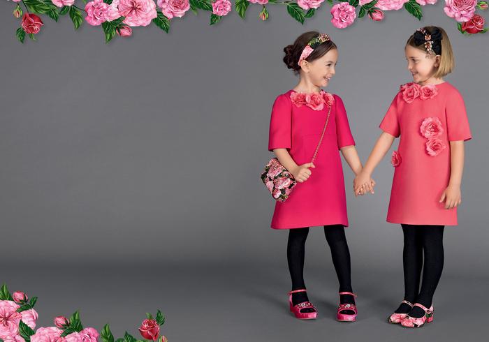 festliche Kleider für Mädchen, Kindermode 2017, Kleider mit kurzen Ärmeln in Koralle, kombiniert mit schwarzen Strumpfhosen