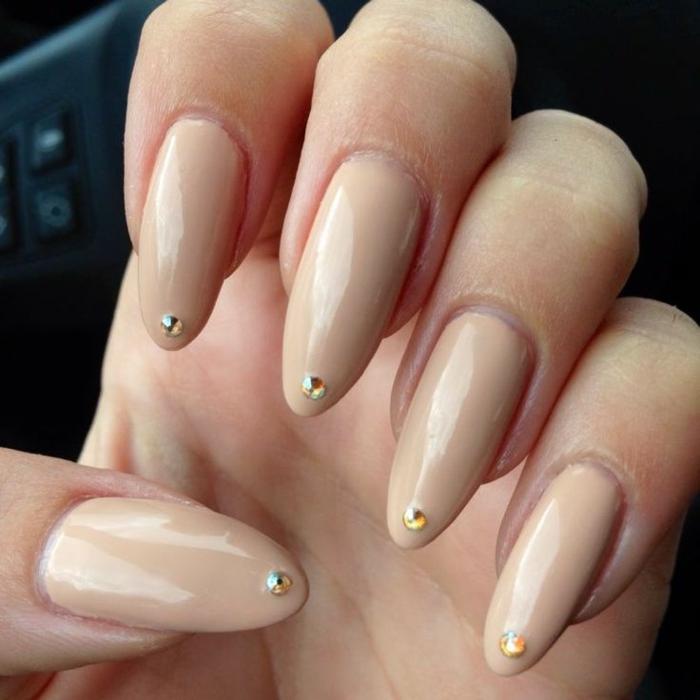 fingernägel bilder sehr lange spitznägel brauchen nur dezente farben um elegant auszusehen beige und dekoperlen