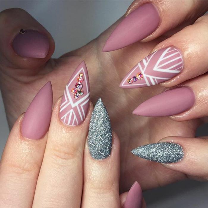 kunstnägel spitz tolle ausführung in matt rosa und glitzernd silbern weiße dekorative linien steinchen