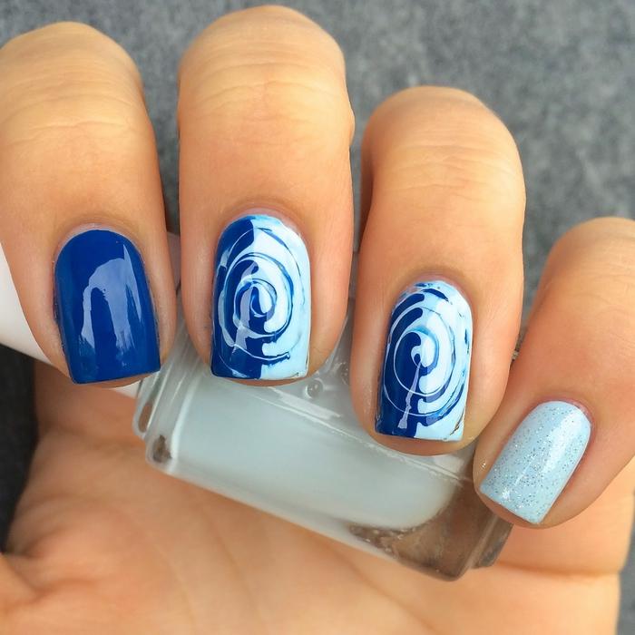 blauer Nagellack, zwei Farbtöne kombinieren, effektvoll und leicht, Sommerideen