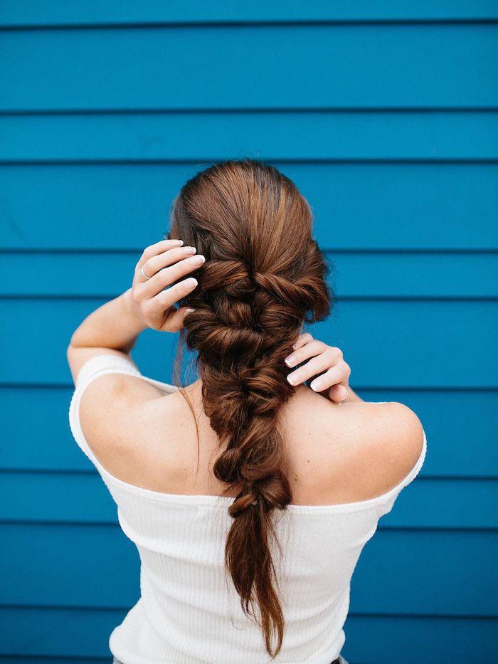 flechtfrisuren mittelalter meerjungfrau zopf frisuren für lange haare braun frau im weißen top