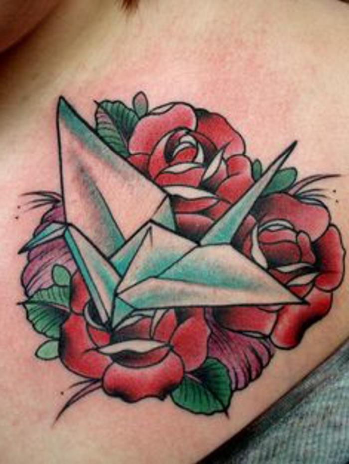 noch eine unserer zahlreichen ideen zum thema tolle origami tattoos - hier ist ein kleiner fliegender origami vogel mit drei roten rosen