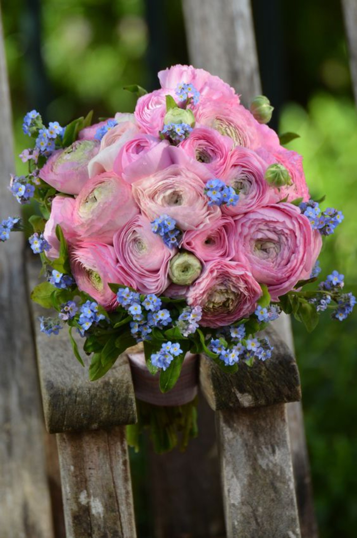 runder Hochzeitsstrauß in Rosa und Blau, Hahnenfuß und Vergissmeinnicht, schöne Kombination