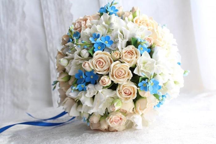runder Hochzeitsstrauß, Kombination von Vergissmeinnicht und Rosen, Blau und Creme