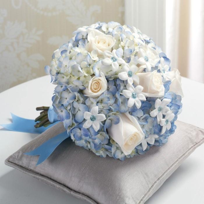 runder Hochzeitsstrauß in Blau und Weiß, Kombination von Rosen und Vergissmeinnicht