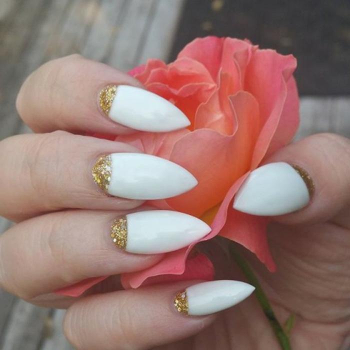 nägel spitz design idee weiße nägel sehen toll aus mit der goldenen deko an der folikel sauberkeit symbolisieren